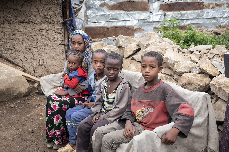 Mimi Goshime mit ihren vier Kindern.