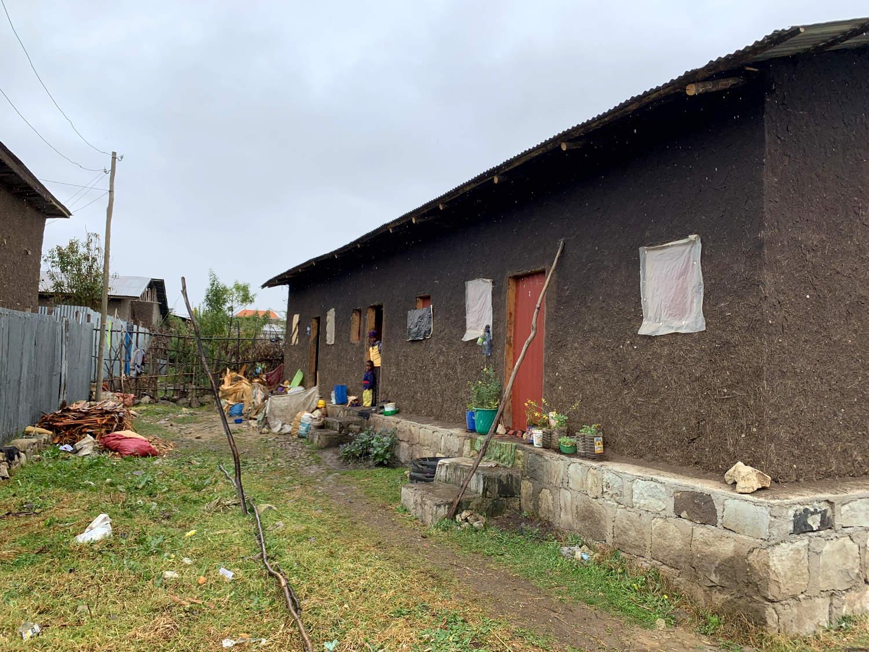 Sozialwohnungen von Menschen für Menschen im Novemberregen.