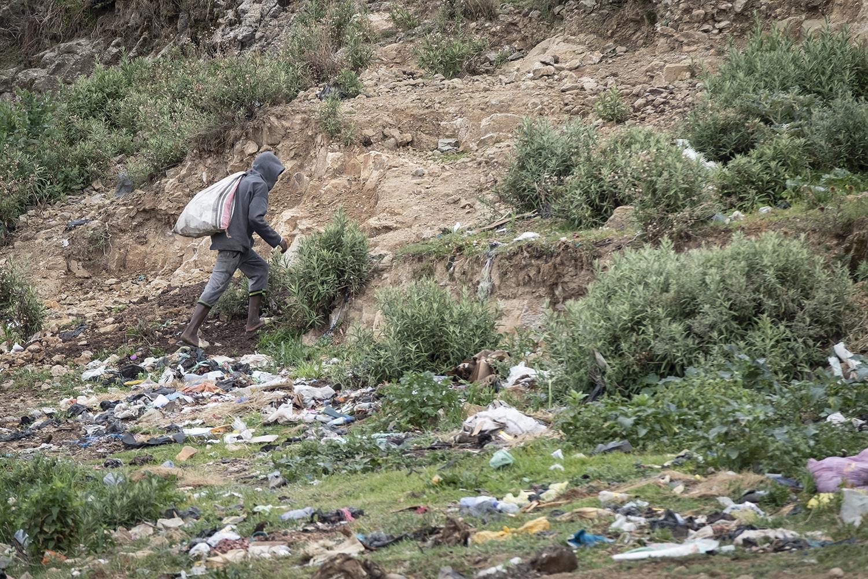 Platz für Abfall und Notdurft: Brachfläche am Rande eines Wohnviertels.