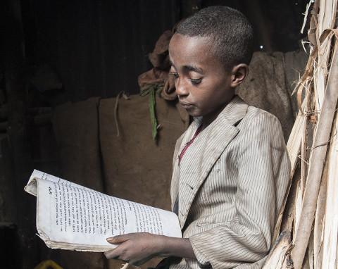 Junge beim Lesen