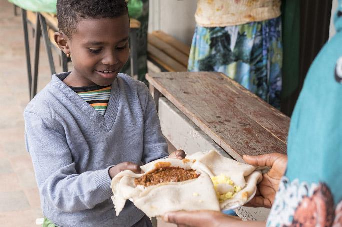 Kind erhält Mittagessen