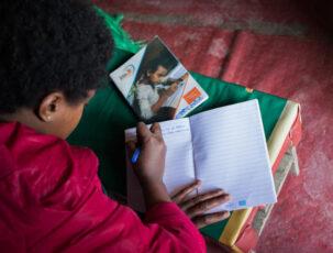 Mädchen Yerus beim Tagebuch schreiben