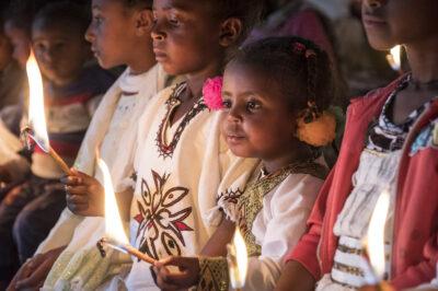 2. Advent: Zwei Kinder mit Kerze