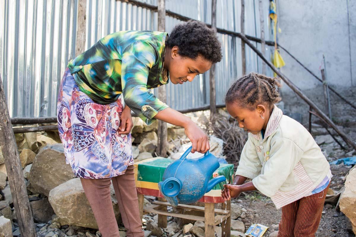 Yerus achtet sehr darauf, dass die kleine Tizibt die Hände wäscht.