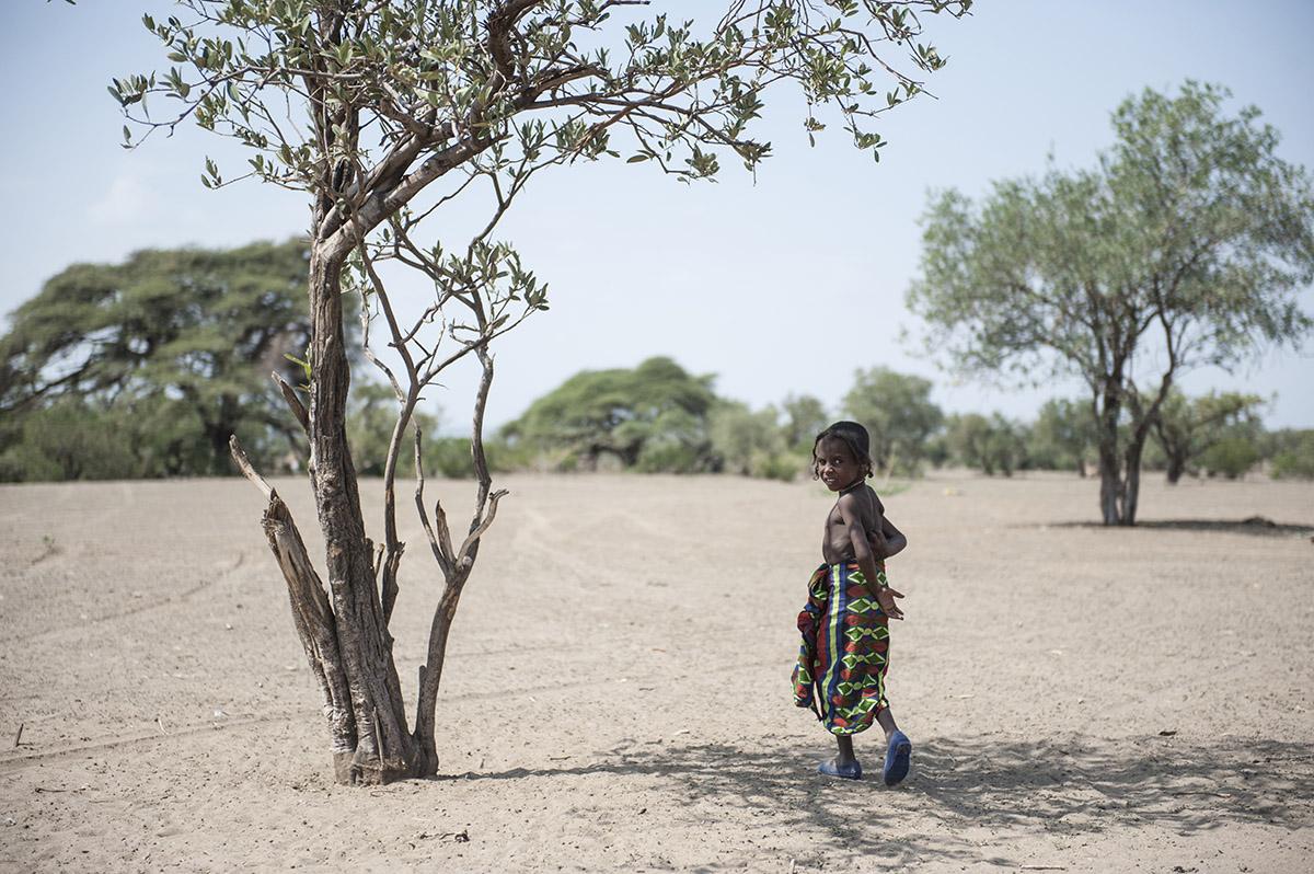 Ein Kind vom Afar-Volk in der Savanne