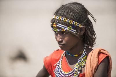 Junge Afar-Frau mit traditionellem Schmuck