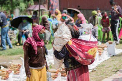 Mütter beim Packen von Lebensmitteln