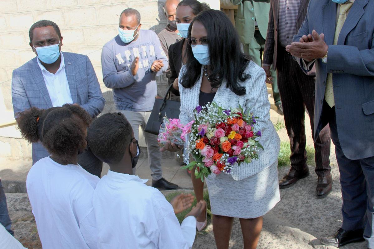 Kinder begrüssen Bürgermeisterin Adanech Abiebie mit einem Blumenstrauss
