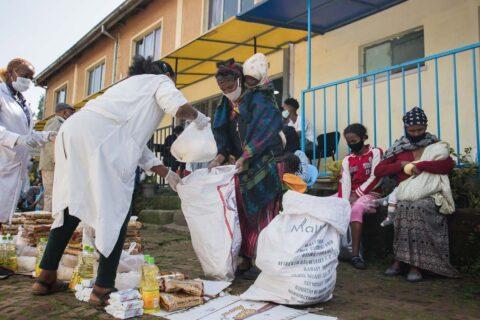 Mütter packen die Lebensmittel ein