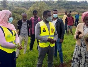 Regionalpolitikerin, Chaltu Sani mit Projektmitarbeitern vor Ort