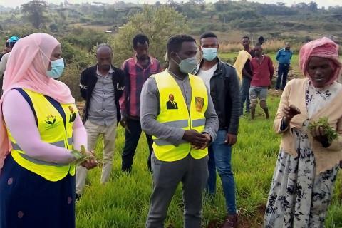 Regionalpolitikerin Chaltu Sani mit Projektmitarbeitern vor Ort