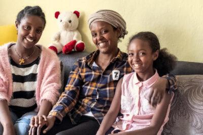 Absolventin Tigist Argaw mit ihrer Familie