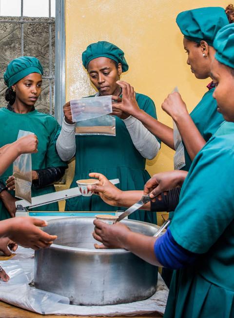 Frauen während dem Kochunterricht