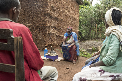Mikrokreditnehmerin informiert Nachbarn über Familienplanung