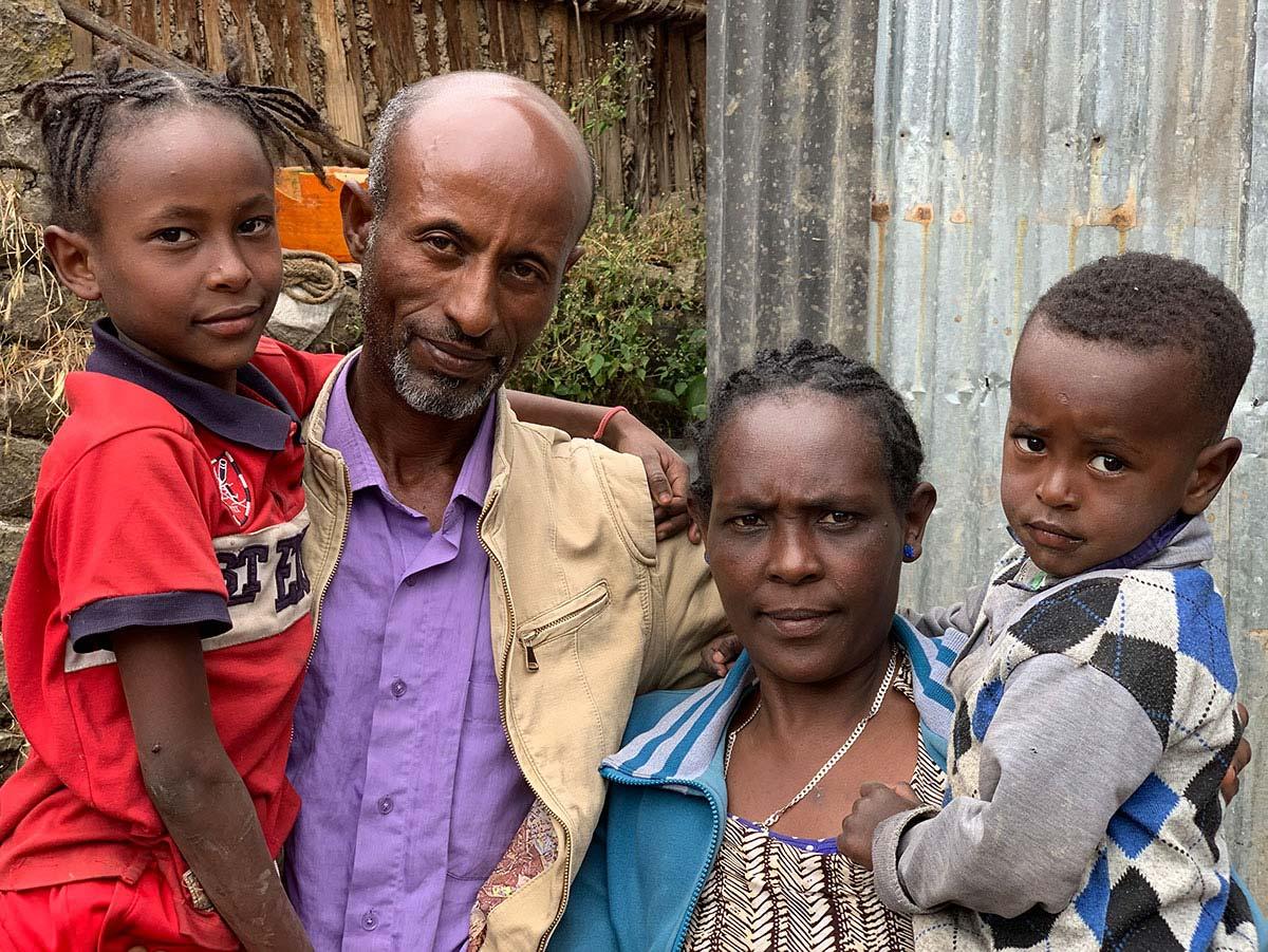 Die Familie musste ihr Hab und Gut aufgrund ethnischer Spannungen am alten Wohnort zurücklassen.