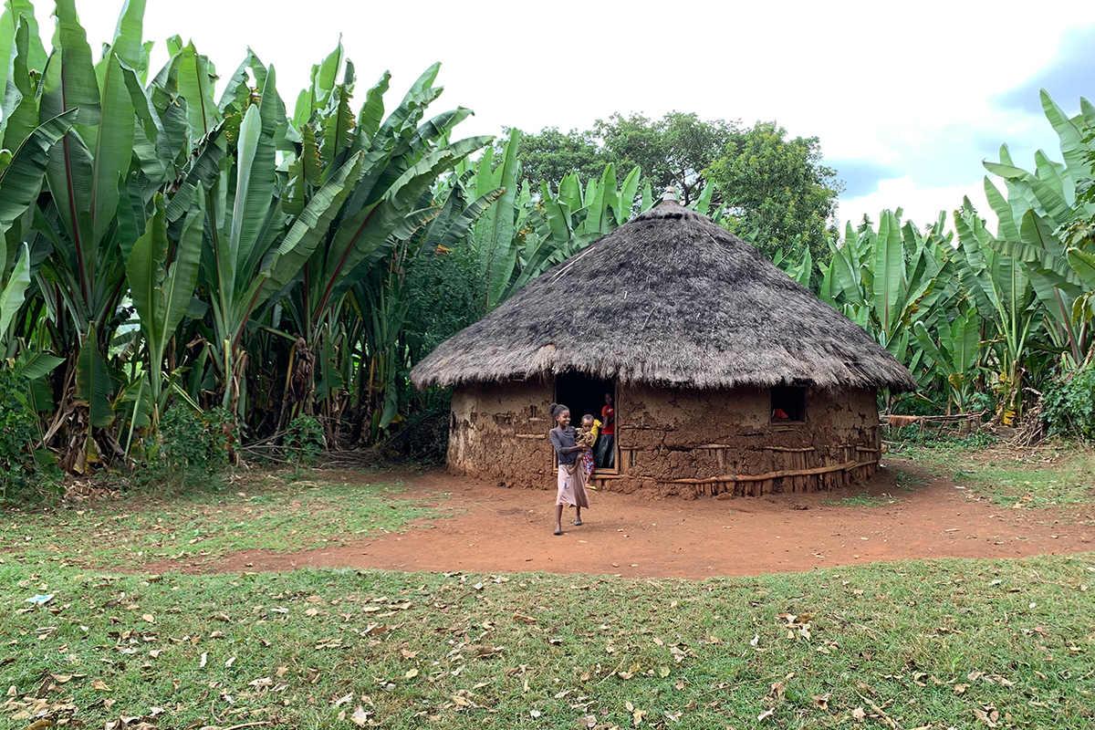 Die Familien leben in Rundhütten, die oft nur aus einem Raum bestehen