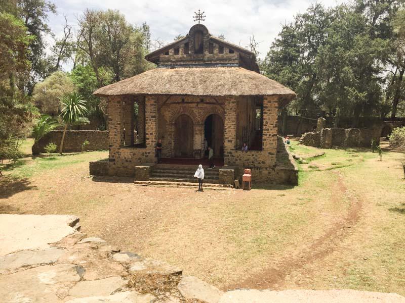 Von aussen wirkt die Debre Birhan Selassie Kirche in Gonder unscheinbar …