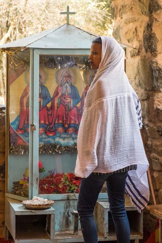 Religiöse Frau in äthiopisch-orthodoxer Kirche