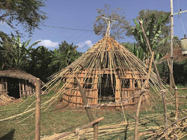 Traditionelle Rundhütte im Bau