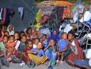 Mehrere Flüchtlingskinder in Klassenraum